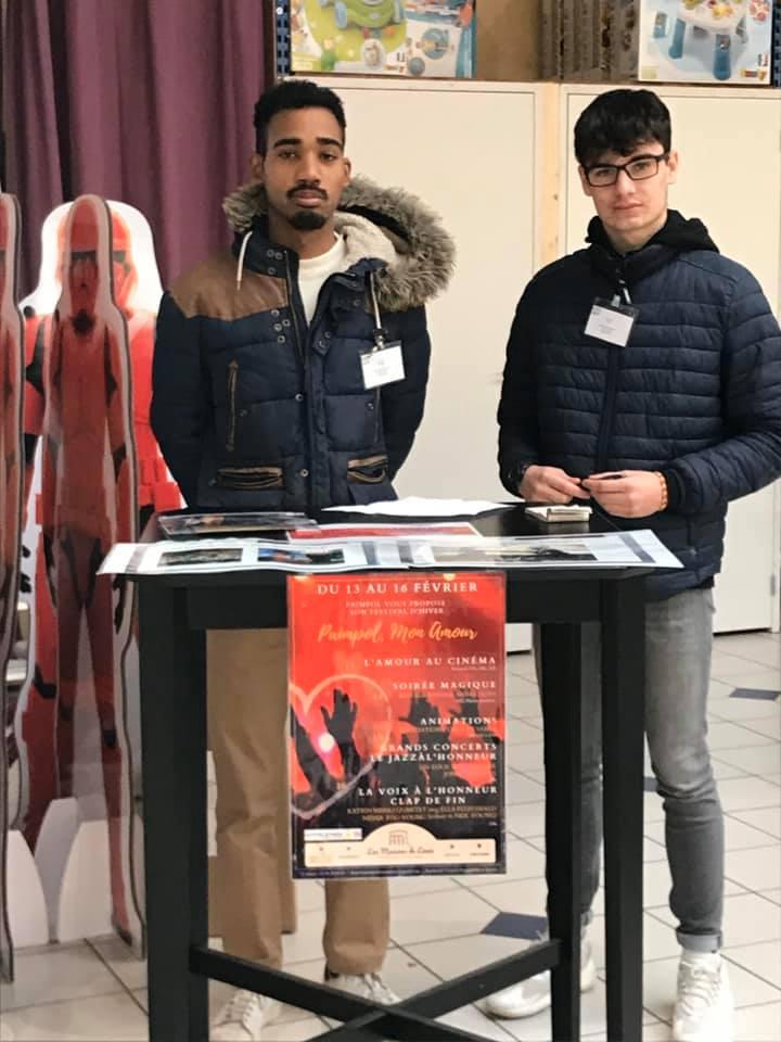 Deux élèves du Lycée de Kersa La Salle vendent des pixels