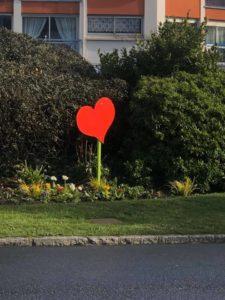 cœur rouge sur le rond point