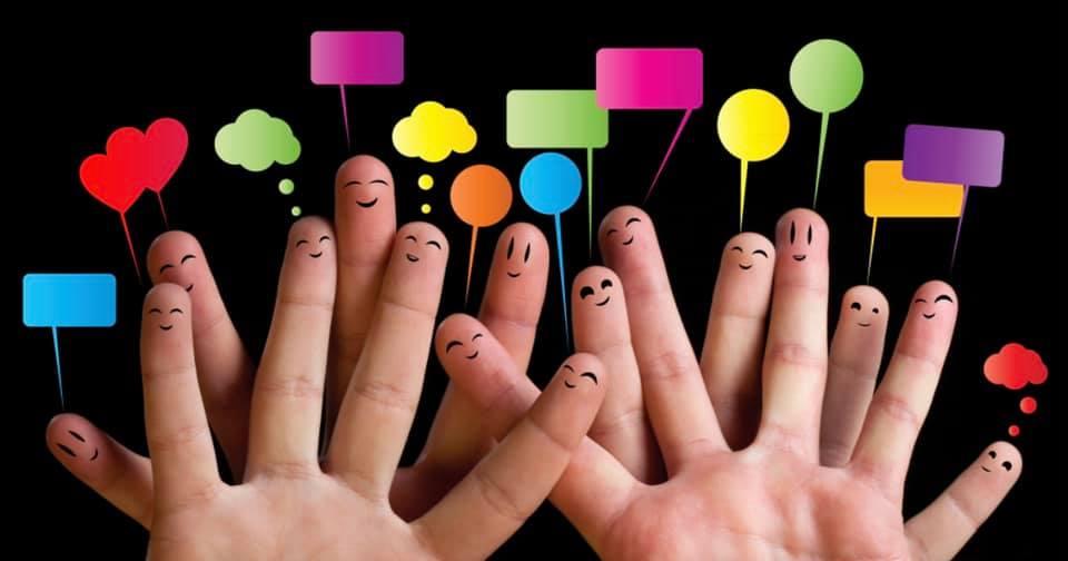 20 doigts en l'air avec des yeux et des sourires dessinés au stylo: des bulles de couleur pour les paroles.