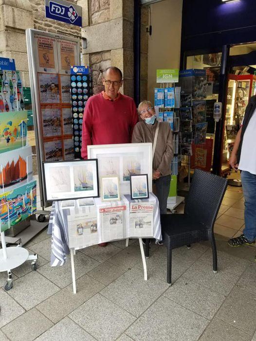 Amaury Collier et la première acheteuse de carte pour le soutien de la Fresque