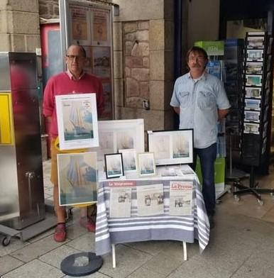 Stand de vente des cartes postales et affiches pour le soutien de la fresque de Paimpol Mon Amour