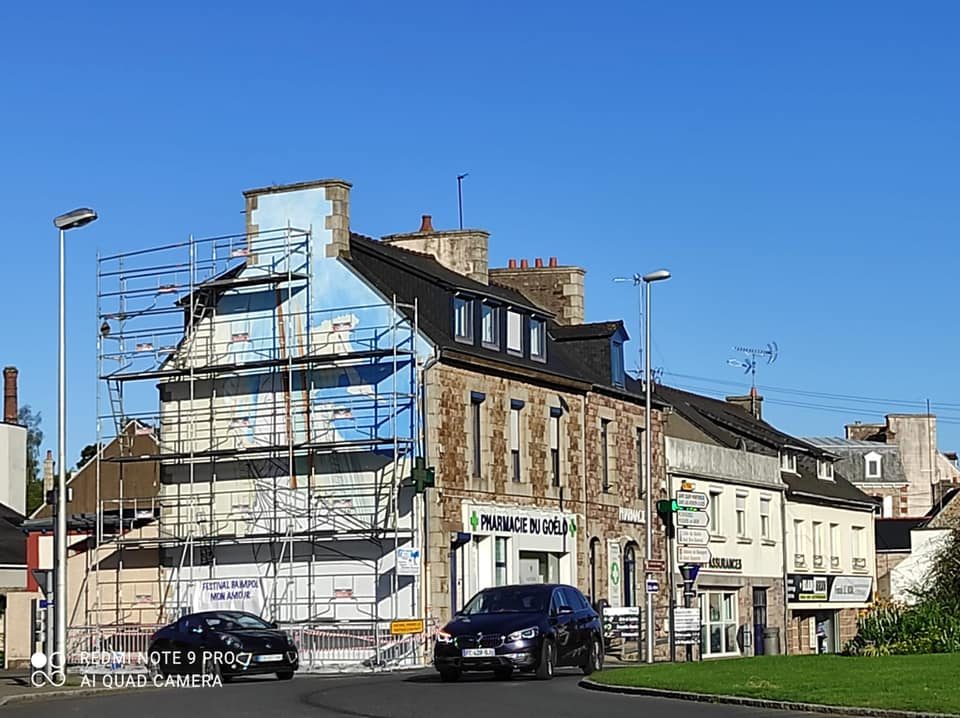 Vue du rond pont et de la fresque de Paimpol Mon Amour, qui se colore d'un bleu ciel