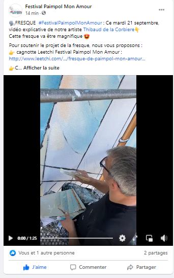 Le peintre explique comment il peint la voile du bateau.