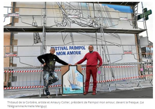Thibaud de la Corbière, artiste et Amaury Collier, président de Paimpol mon amour, devant la fresque.